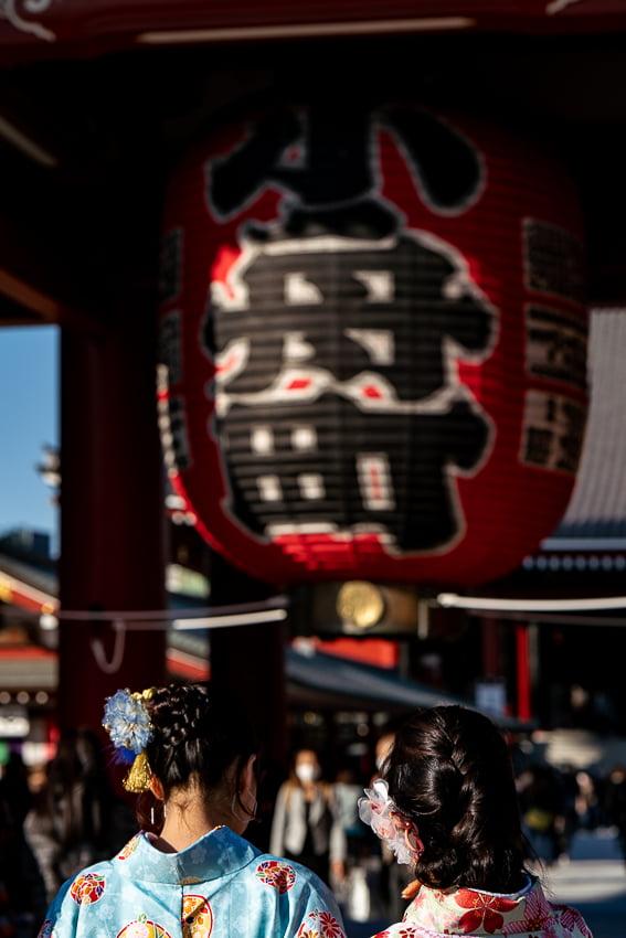 宝蔵門の前に立つ着物の女性