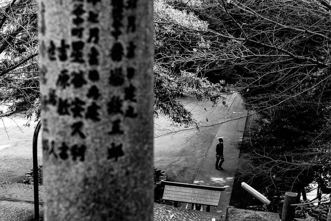 駒込富士神社の参道を横切る人影