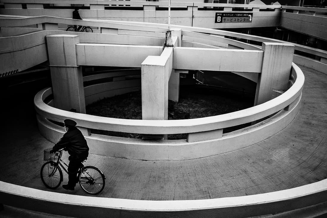 ループを下る自転車