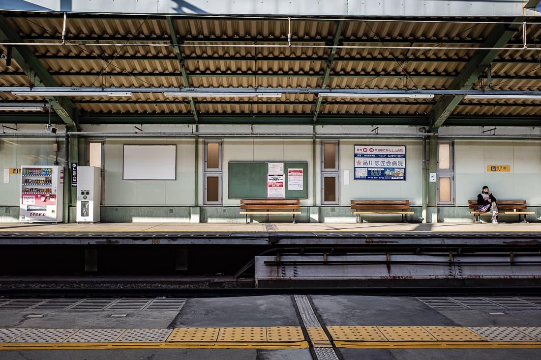 新馬場駅のプラットホーム