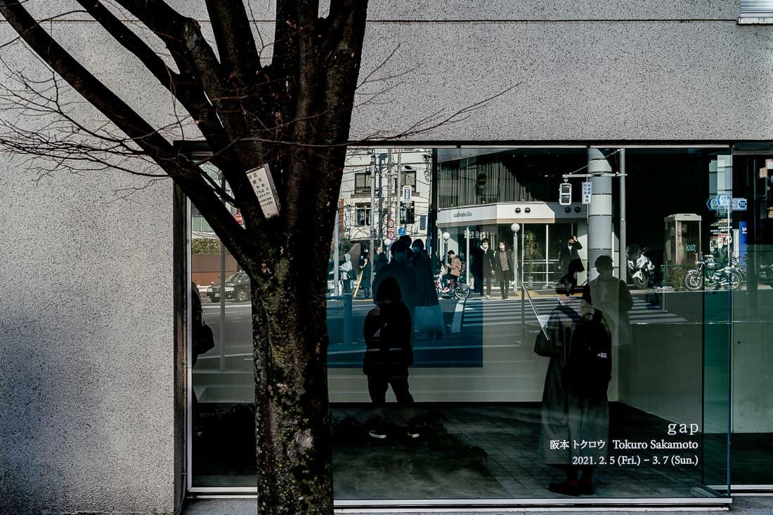 窓ガラスに映る代官山交番前交差点