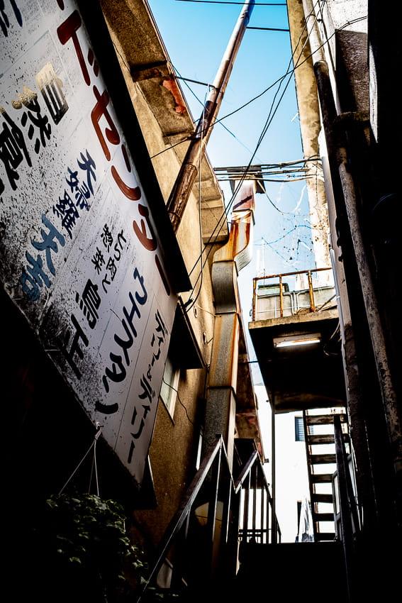 看板と階段と青空