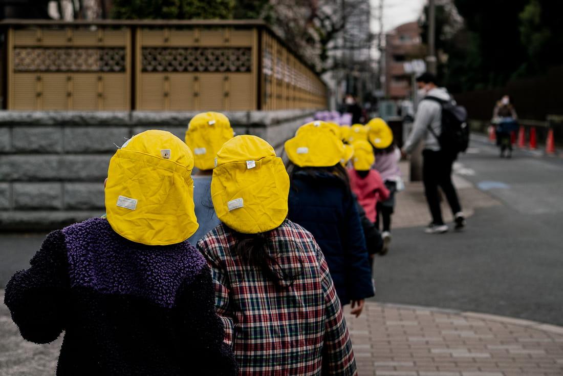 黄色の帽子をかぶった園児たち