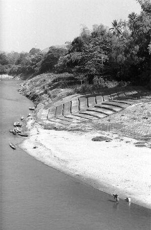 ナムカーン川で洗濯する人影