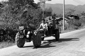 トラクターに乗った三人の家族