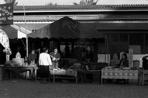 ルアンナムターの屋台で働く女たち