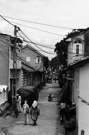 旧市街の道へ入っていくふたりの女性