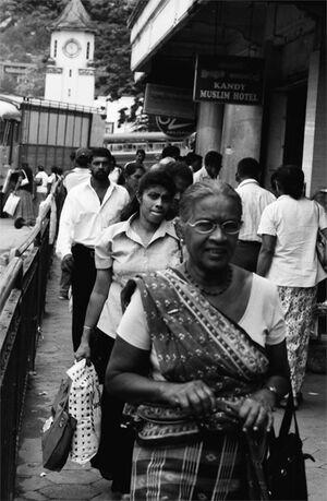サリーを纏って町を闊歩する年配の女性