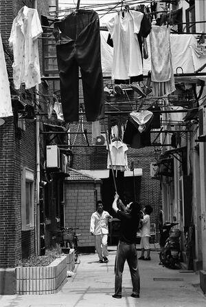 路地の空中に干してあった洗濯物
