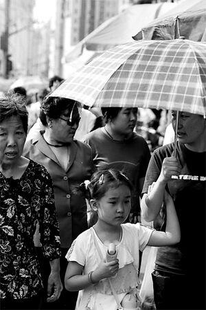 日傘の下に立つ女の子