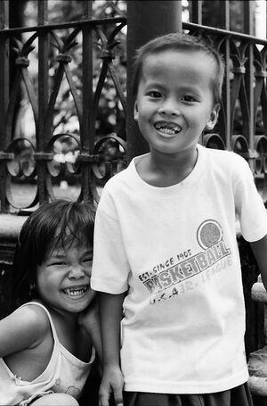 前歯の欠けた男の子と女の子