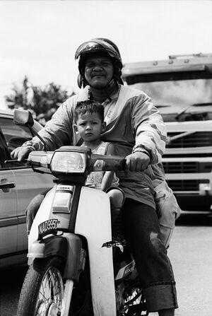 バイクに乗った父子