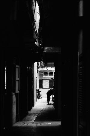 薄暗い横丁の人影
