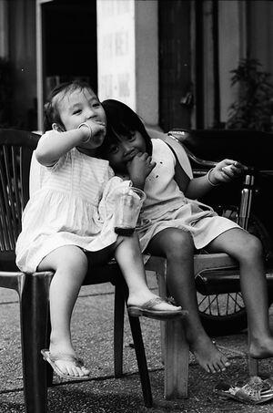 プラスチックの椅子に腰掛けた女の子たち