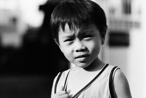 夕暮れ時の町角で遊んでいた男の子