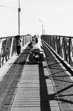 橋を渡る沢山のバイク