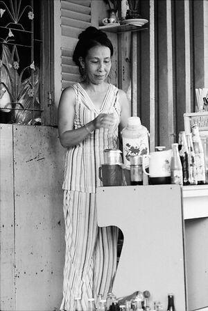 コーヒーを淹れる女