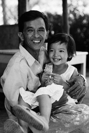 笑う娘を抱える笑うお父さん