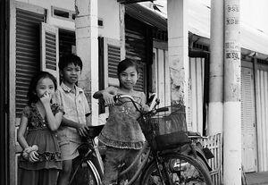 三人と一台の自転車