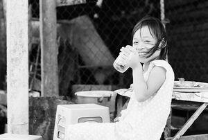 大きなグラスでアイスコーヒーを飲んでた女の子