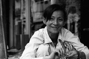 道端で働く女