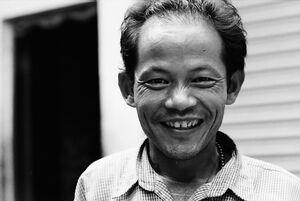 笑うチベット族の男