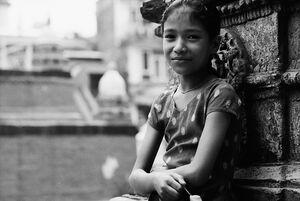 小さな仏塔に寄りかかっていた女の子