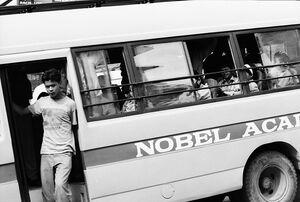 通り過ぎていくスクールバス