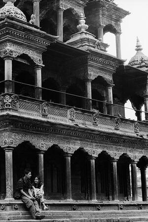 ヒンドゥー教寺院の軒下でお喋りするカップル
