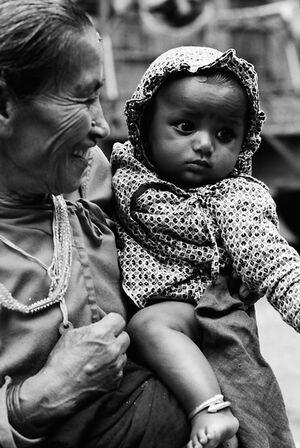 孫を抱えるおばあさん
