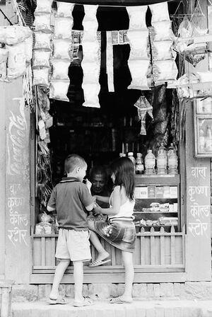 駄菓子屋にいた男の子と女の子