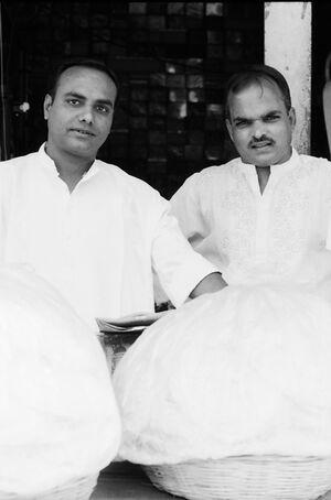 白い服を着た男たち