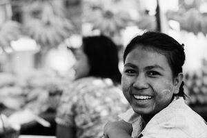 笑う女性の露天商