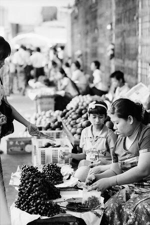 葡萄を売る女