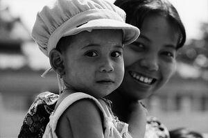 赤ん坊を抱える女