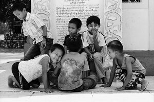 境内で遊んでいた子どもたち