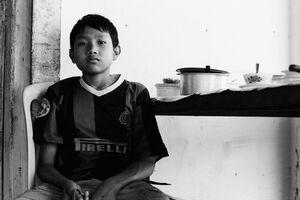 サッカーのユニフォームを着た男の子