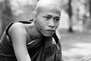 考える僧侶