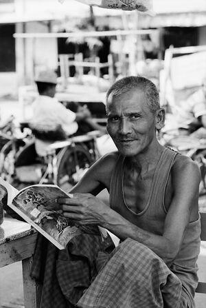 雑誌を読む男