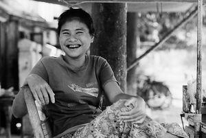 笑う女性の煙草屋