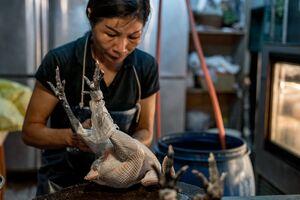 女性の肉屋と鶏肉