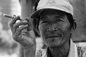 葉巻を吸う男