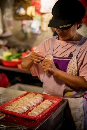 鴨母寮市場で餃子を作っていた女性