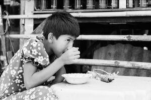 おやつを食べる女の子