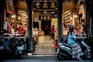 店頭に停まったバイクの女性