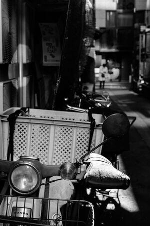 薄暗い路地のスーパーカブ