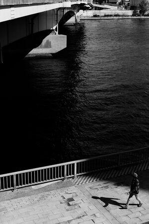 散歩する人影