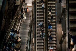 People going up and down in Shin-Marunouchi building