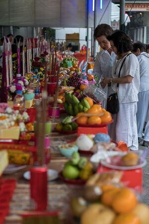 ワット・マンコン・カマラワートで大量に並べられたお供え物