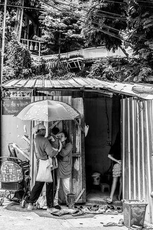日傘の下で抱っこされる赤ん坊